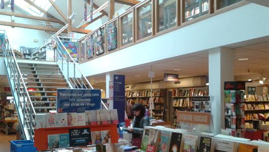 Intérieur librairie Decitre Annecy