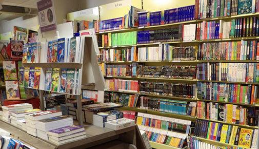 Rayon livres librairie Decitre Annecy
